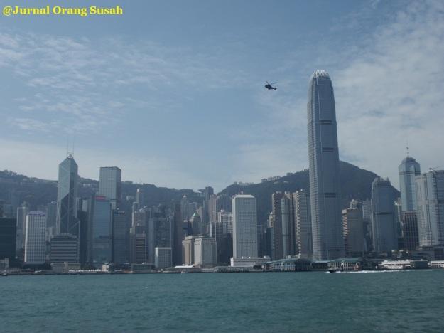 Pemandangan Pulau Hong Kong dari feri yang menyeberang ke Tsim Sha Tsui.